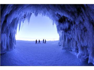 美严寒致湖岸洞穴变绝美冰雕世界