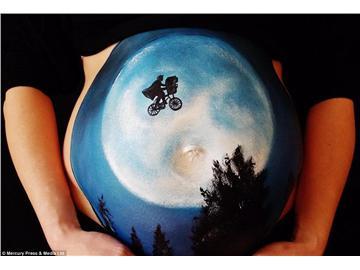英艺术家孕妇肚皮上涂鸦纪念美好过程